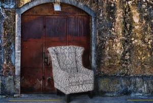 rusty-door-decayed-wall-tomar-portugal
